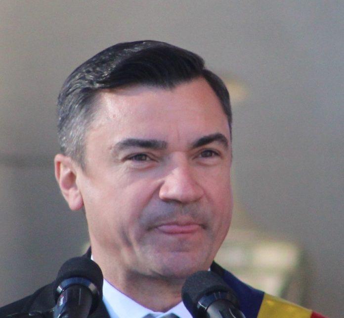 Mihai Chirica cu limba scoasa