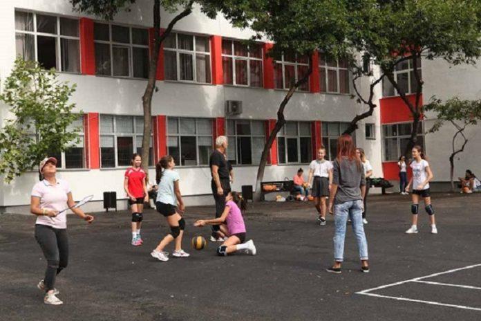 elevi in curtea scolii