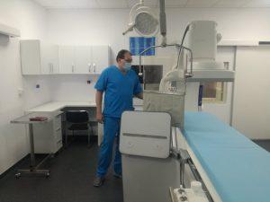 medicul Tesloianu langa angiograful de la Spiridon-