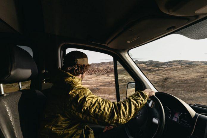 barbat la volanul unui Mercedes