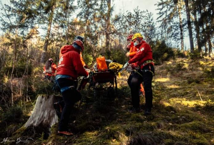 victima preluata de Salvamont Vatra Dornei-